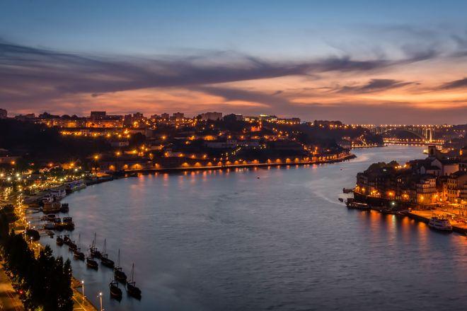 Ein Highlight auf der Flusskreuzfahrt ist der Anblick der festlich erleuchteten Hafenstadt Porto. Foto: djd/nicko-cruises.de/thx