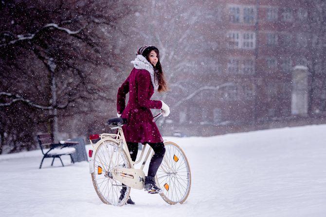 Riskant, aber möglich - mit den richtigen Verhaltensregeln: Radfahren im Winter. Foto: dtd/thx